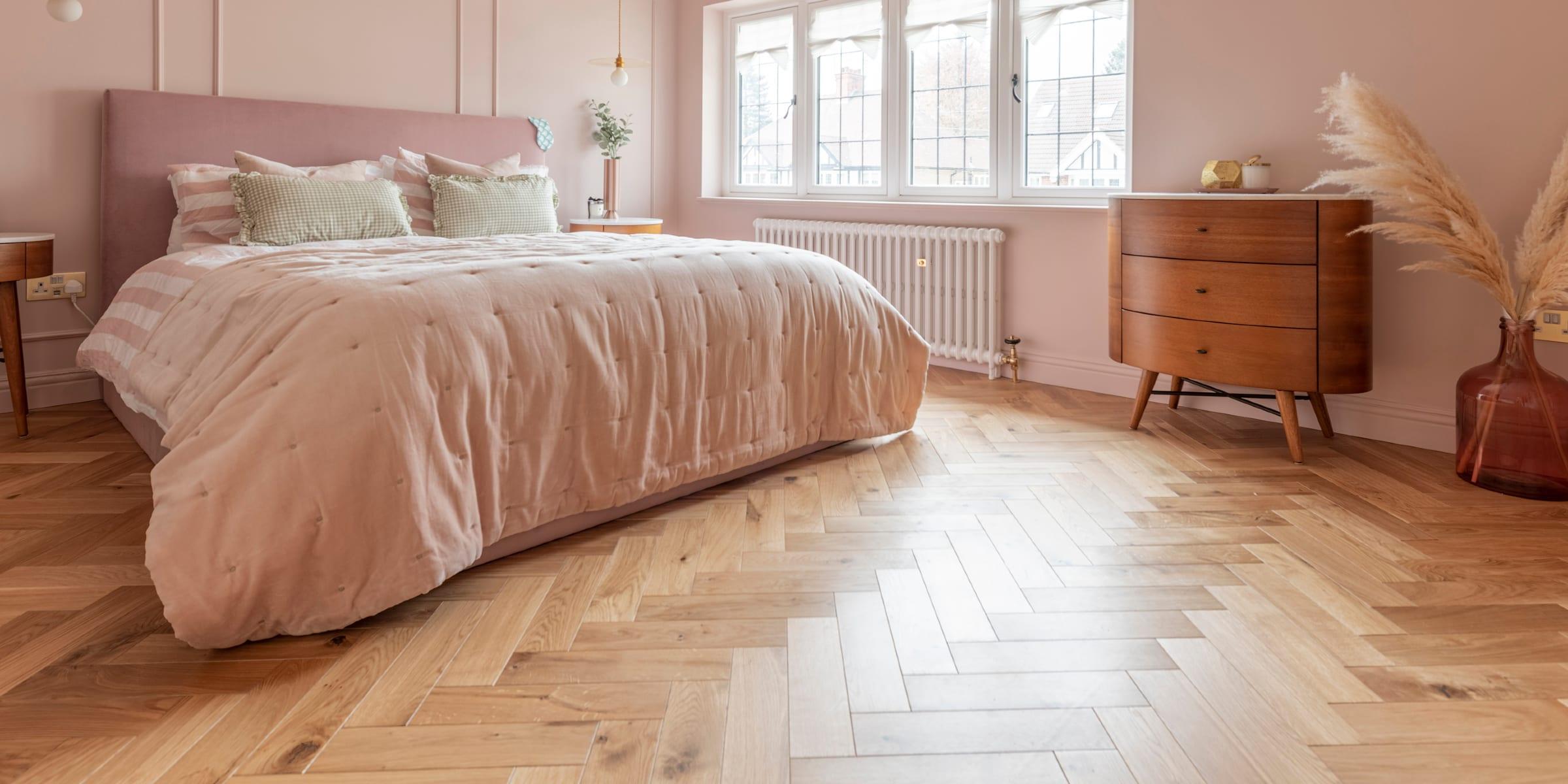 V4 Zigzag Natural Oak in pink bedroom